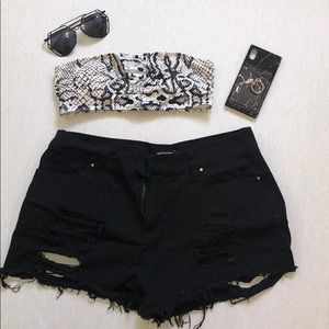 SUPER DISTRESSED BUM DETAIL BLACK DENIM SHORTS.